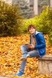 Hombre joven con la tableta en al aire libre foto de archivo