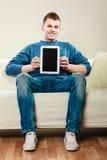 Hombre joven con la tableta que muestra el espacio de la copia Imagen de archivo libre de regalías
