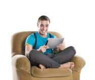 Hombre joven con la tablilla Foto de archivo libre de regalías