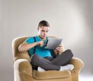 Hombre joven con la tablilla Fotos de archivo libres de regalías