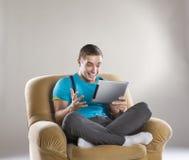 Hombre joven con la tablilla Fotografía de archivo