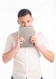 Hombre joven con la tablilla Foto de archivo