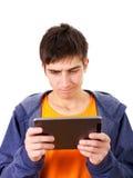 Hombre joven con la tablilla Imágenes de archivo libres de regalías
