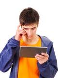 Hombre joven con la tablilla Fotos de archivo