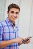 Hombre joven con la tablilla digital Fotos de archivo