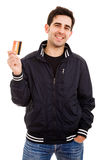 Hombre joven con la tarjeta de crédito Foto de archivo
