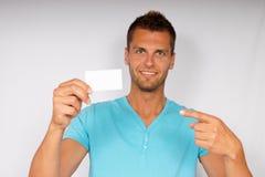 Hombre joven con la tarjeta de visita Fotos de archivo libres de regalías