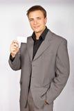 Hombre joven con la tarjeta de visita Imagen de archivo libre de regalías