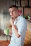 Hombre joven con la taza Imagenes de archivo