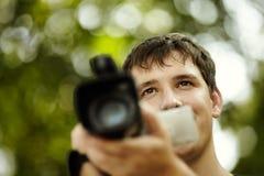 Hombre joven con la videocámara Fotografía de archivo libre de regalías