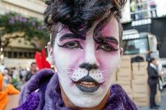 Hombre joven con las alas en el desfile de orgullo gay Sao Paulo Fotografía de archivo