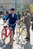 Hombre joven con las bicicletas retras foto de archivo libre de regalías