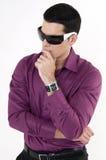 Hombre joven con las gafas de sol fotografía de archivo