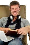 Hombre joven con las gafas, tiempo de relajación Fotos de archivo libres de regalías