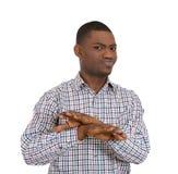 Hombre joven con las manos en muestra de X Foto de archivo