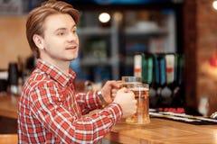 Hombre joven con las tazas de cerveza Fotos de archivo libres de regalías
