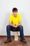 Hombre joven con libros Foto de archivo