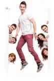 Hombre joven con los amigos que hacen publicidad Imagenes de archivo