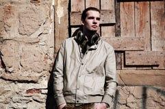 Hombre joven con los auriculares Fotos de archivo libres de regalías