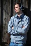 Hombre joven con los auriculares Fotos de archivo