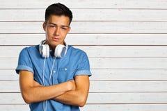 Hombre joven con los auriculares Imagen de archivo libre de regalías