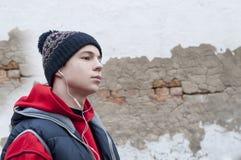 Hombre joven con los auriculares que escucha la música Imagen de archivo