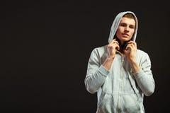 Hombre joven con los auriculares que escucha la música Foto de archivo libre de regalías