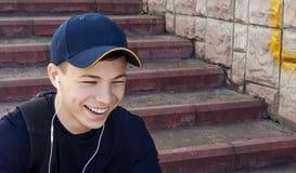 Hombre joven con los auriculares que escucha la música Imágenes de archivo libres de regalías