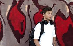 Hombre joven con los auriculares que escucha la música Fotos de archivo