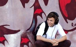 Hombre joven con los auriculares que escucha la música Fotos de archivo libres de regalías