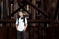 Hombre joven con los auriculares que escucha la música Fotografía de archivo libre de regalías