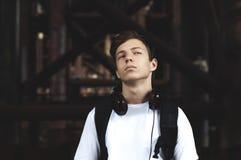Hombre joven con los auriculares que escucha la música Imagenes de archivo