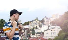 Hombre joven con los auriculares que escucha la música Foto de archivo