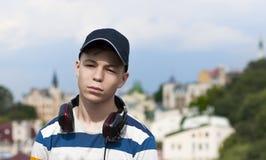 Hombre joven con los auriculares que escucha la música Fotografía de archivo