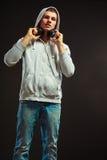 Hombre joven con los auriculares que escucha la música Imagen de archivo libre de regalías