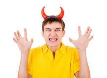Hombre joven con los cuernos del diablo Foto de archivo