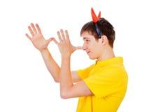 Hombre joven con los cuernos del diablo Imagen de archivo