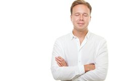 Hombre joven con los ojos cerrados aislados en blanco Fotografía de archivo libre de regalías