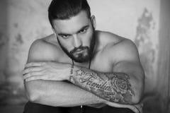 Hombre joven con los tatuajes fotos de archivo libres de regalías