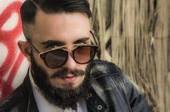 Hombre joven con los vidrios de moda Imagen de archivo libre de regalías