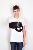 Hombre joven con los vidrios de VR Imágenes de archivo libres de regalías