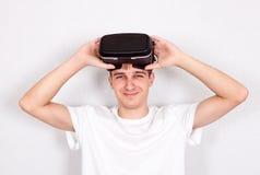 Hombre joven con los vidrios de VR Fotos de archivo