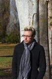 Hombre joven con los vidrios en naturaleza Fotografía de archivo libre de regalías