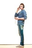 Hombre joven con música que escucha de los auriculares Imagen de archivo libre de regalías