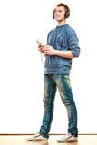 Hombre joven con música que escucha de los auriculares Fotografía de archivo libre de regalías