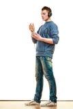 Hombre joven con música que escucha de los auriculares Imagen de archivo