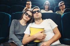 Hombre joven con palomitas que duerme en cine Imagen de archivo