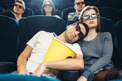 Hombre joven con palomitas que duerme en cine Fotos de archivo libres de regalías