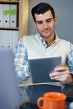 Hombre joven con PC de la tablilla Foto de archivo libre de regalías