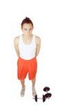 Hombre joven con pesas de gimnasia foto de archivo